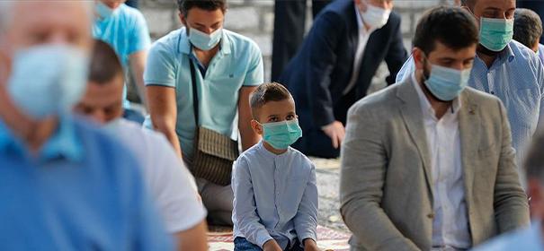 Muslime während dem Festgebet © Anadolu Agency, bearbeitet by iQ.