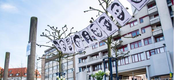Mahnmal für die Opfer des rassistischen Anschlags in Hanau © shutterstock, bearbeitet by iQ
