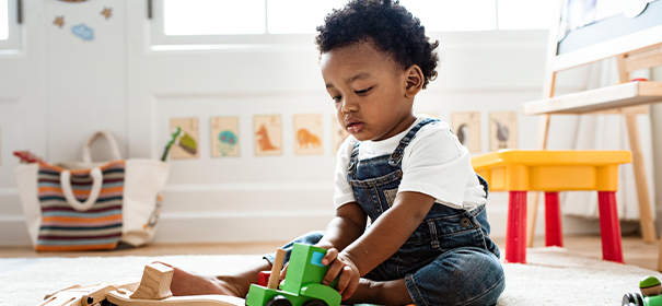 Symbolbild: Junge spielt mit Spielzeug