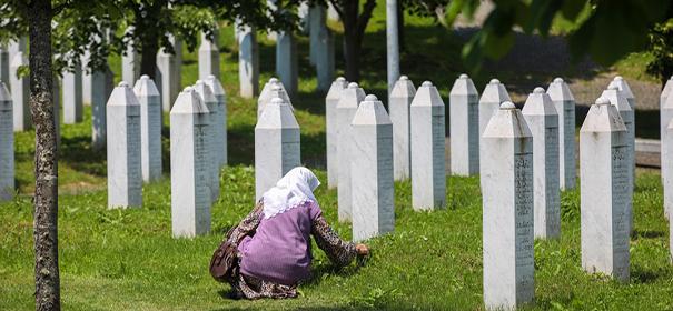 Gedenkstätte in Srebrenica © Anadolu Ajans, bearbeitet by iQ