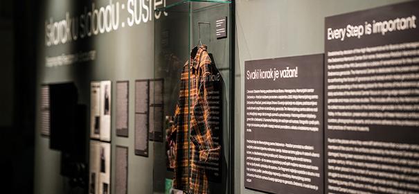 Ausstellung zeigt persönliche Gegenstände von Srebrenica-Opfer © Twitter: Srebrenica Memorial Center