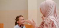 Symbolbild: Muslimische Erzieherin mit Kopftuch