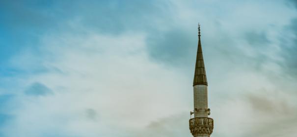 Symbolbild: öffentlicher Gebetsruf von einer Minarette © shutterstock, bearbeitet by iQ.